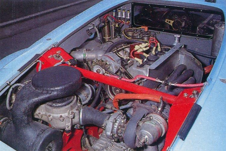 Le moteur dans la voiture